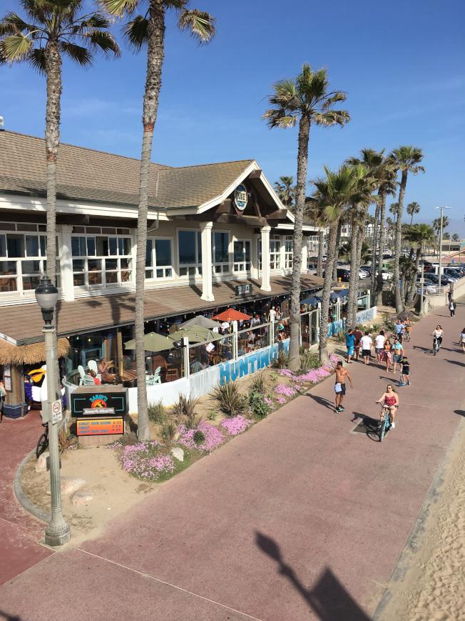 杭廷顿滩(Huntington Beach)街景风貌佳,常聚集许多观光客。(记者谢雨珊/摄影)
