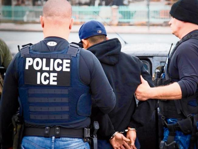 移民及海關執法局(ICE)正在行動,搜捕無證移民。(美聯社)