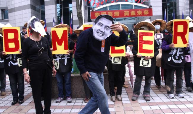 2012年,英國「經濟學人」雜誌,刊出一篇介紹台灣政局的文章,稱馬總統是「 bumbler」。圖為全國關廠工人連線前往國民黨中央黨部陳情畫面。 (本報資料照片)
