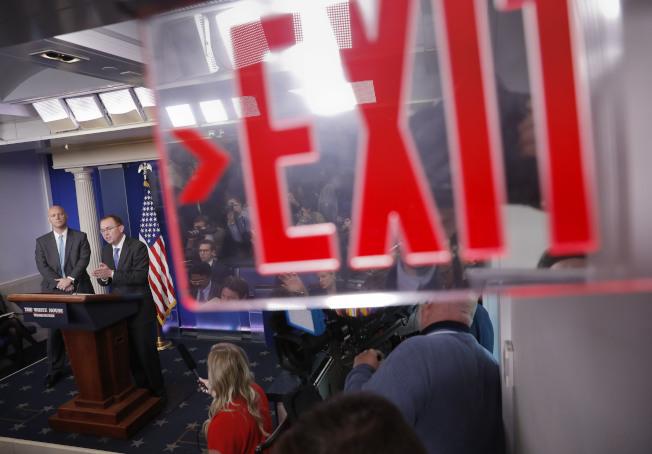 白宮預算局長穆瓦尼向媒體說明聯邦政府可能關閉。(美聯社)