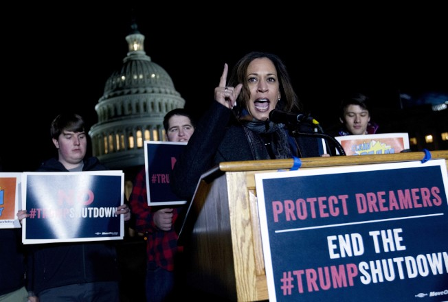民主黨籍國會參議員賀錦麗在國會大廈外面呼籲通過夢想生法案,以避免聯邦政府關門。(美聯社)
