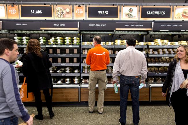 Amazon Go販賣許多熟食,包括沙拉與三明治。 (圖/彭博資訊)