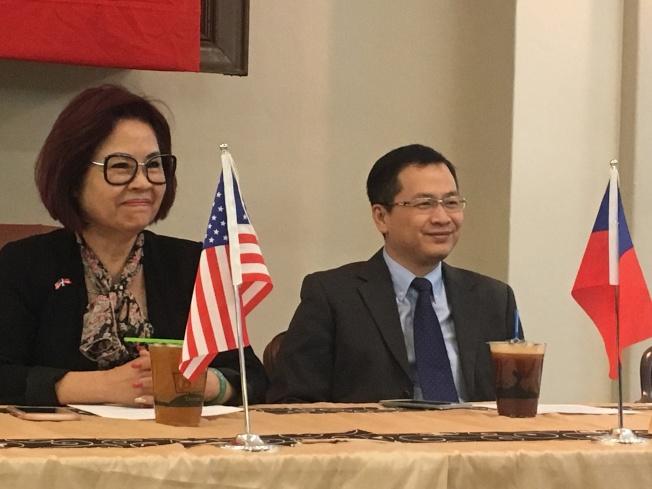 洛杉磯台灣同鄉聯誼會會長許淑麗(左)宣布,將於8月24、25、26日三天承辦全美第41屆年會,並在年會上舉行「三城論壇」,邀請台北、洛杉磯及北京重要人士對談,羅智強(右)將代表台灣出席。(記者謝雨珊/攝影)
