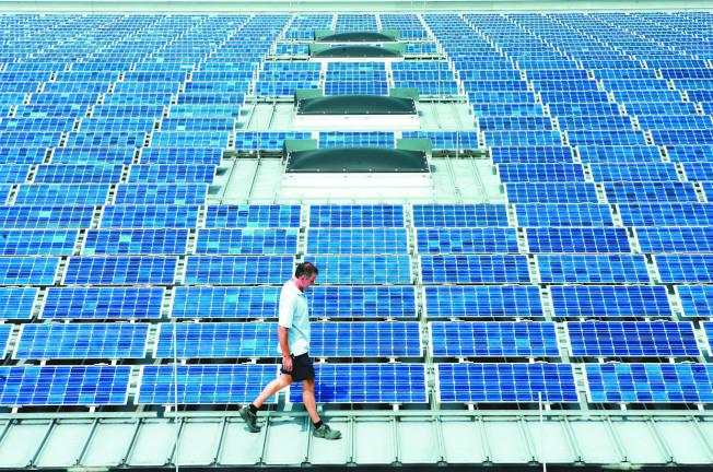 太陽能板組成發電系統。(本報系資料照片)
