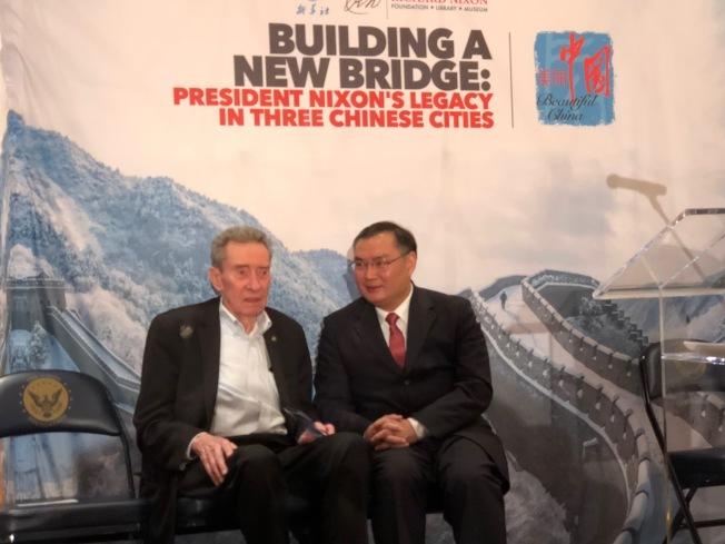 尼克森的弟弟Ed Nixon和中國駐洛杉磯總領館總領事張平(右)交談。(記者張宏/攝影)