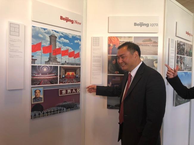 中國駐洛杉磯總領館總領事張平觀看照片。(記者張宏/攝影)