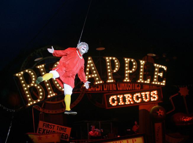 魯賓在「大蘋果馬戲團」扮演名為祖母的小丑。美聯社