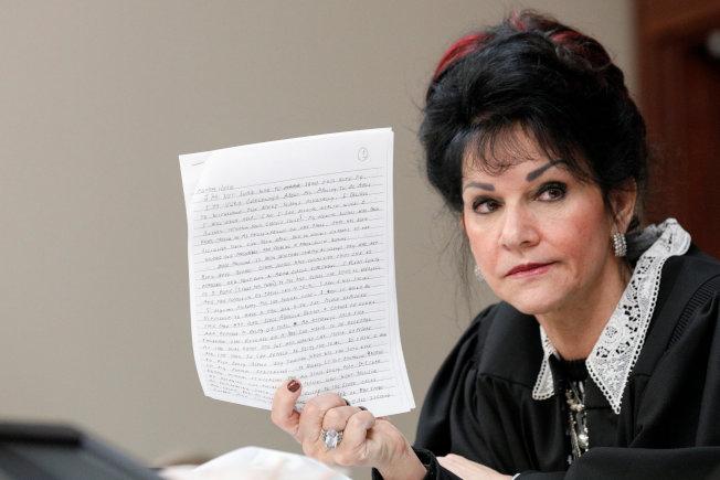 法官羅絲瑪莉.阿奎莉娜出示由納瑟在獄中寫的一封信。(路透)