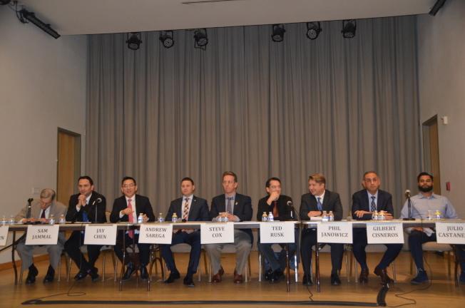 出席的九位候選人是Julio Castaneda(右起)、Gilbert Cisneros、Phil Janowicz、Ted Rusk、Steve Cox、Andrew Sarega、陳介飛、Sam Jammal、Andy Thorburn。(記者王全秀子/攝影)