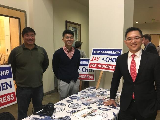 華裔候選人陳介飛(右)和他的競選團隊。(記者王全秀子/攝影)