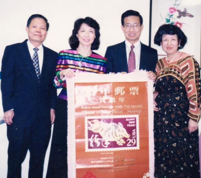 黃卓吾(右)參加豬年郵票的發行典禮。(家屬提供)