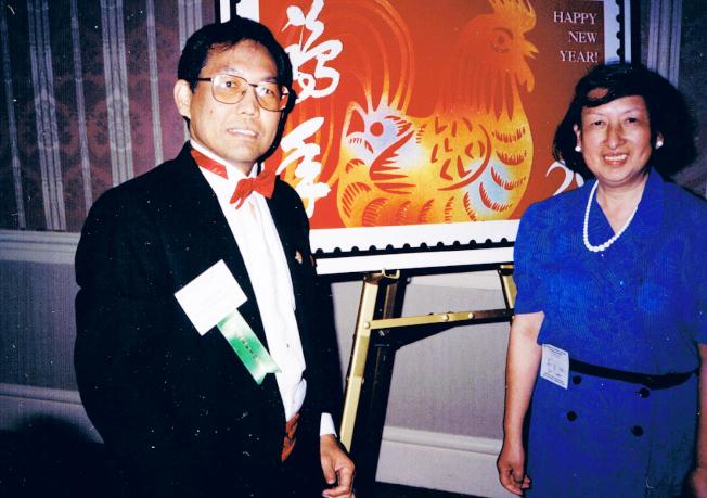 黃卓吾(右)與蘇自敏參加1992年雞年郵票的發行典禮。(家屬提供)