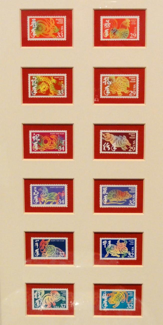 放置在追思會現場展示黃卓吾收集的第一套完整十二生肖系列郵票。(記者吳炳宏/攝影)