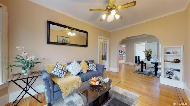 客廳位於頂層,面對街景,採光明亮。