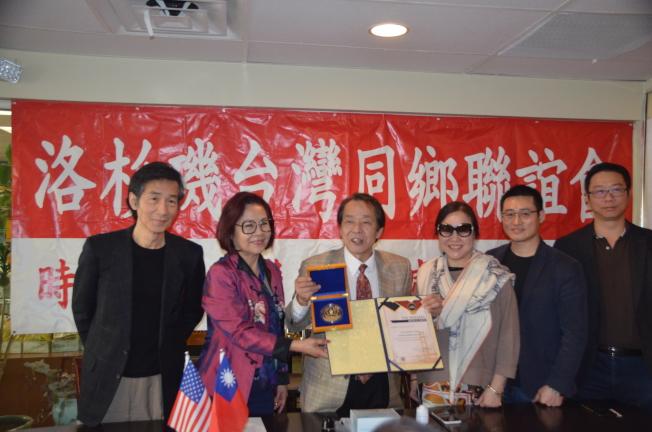 張魁(左三)在「巴拿馬萬國博覽會」上獲得華人菁英發明獎。(記者王全秀子/攝影)
