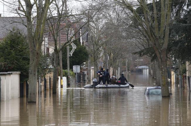 巴黎近郊新城聖喬治汪洋一片,居民出入都必須以划船代步。(美聯社)