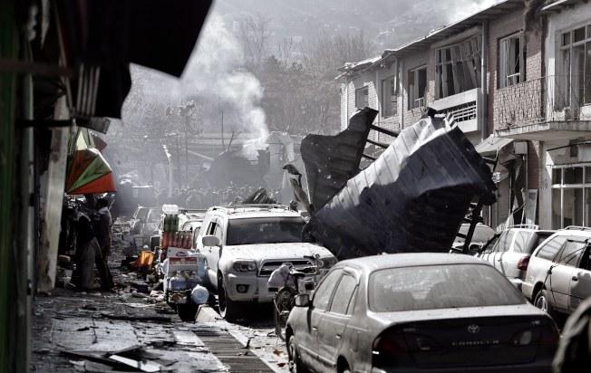 汽車炸彈威力強力,附近汽車嚴重受損,房屋都成廢墟。(歐新社)