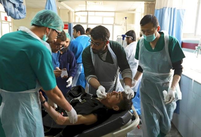 喀布爾醫院忙著搶救傷者。(歐新社)