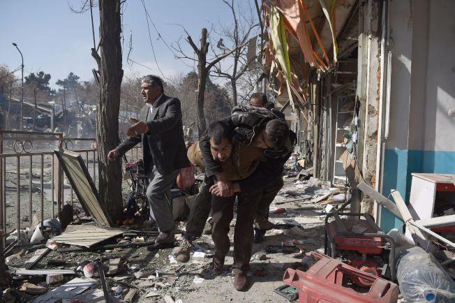 志願者趕到現場參加搶救行動。(Getty Images)