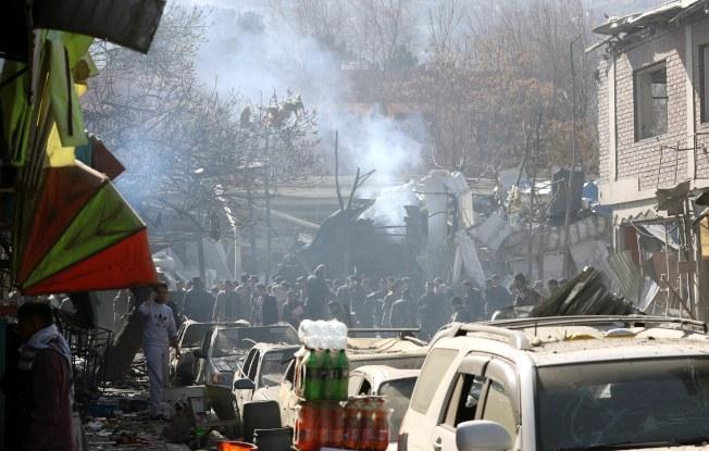汽車炸彈引爆後,現場還冒出縷縷白煙。(歐新社)