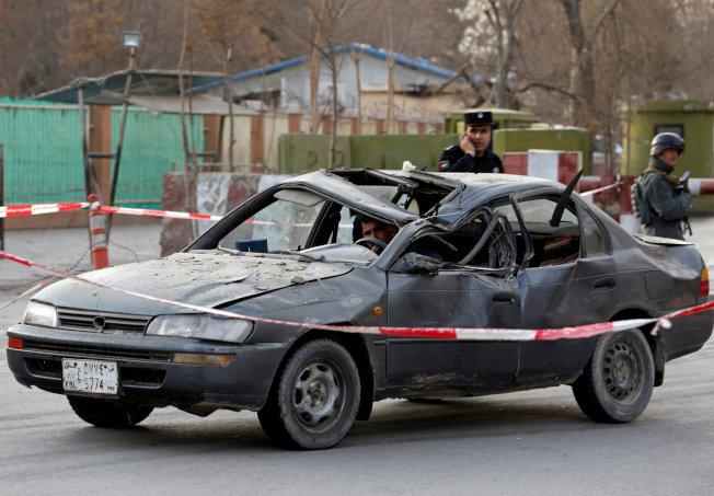 爆炸威力強大,停在附近的汽車都被炸變形。(路透)