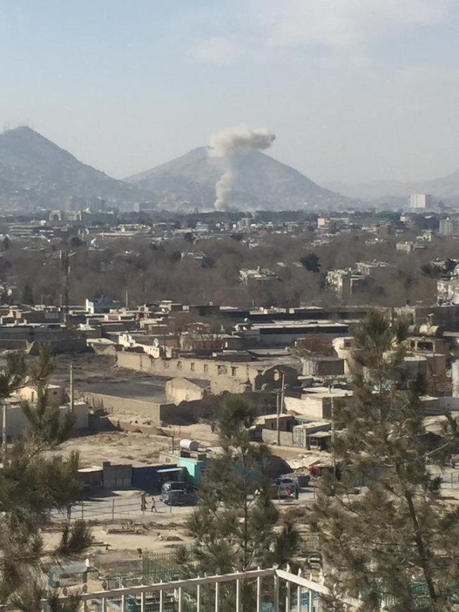 喀布爾汽車炸彈威力強大,隔著老遠都可看見爆炸的煙塵。(路透)