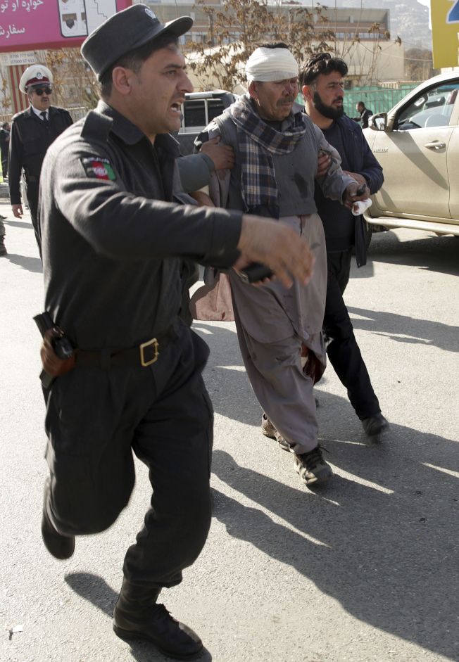 傷者在現場簡單包紮後,搶送到醫院。(美聯社)