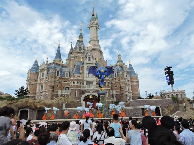 上海迪士尼竟有園方專人陪玩的天價「插隊團」,被質疑是利用遊客之苦來賺錢。(本報系資料照片)