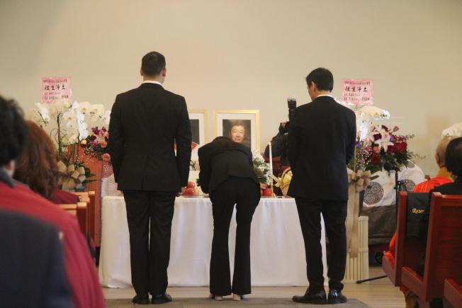 藍光裕夫婦女兒藍秀德(中)、兒子藍俊德(左)和女婿鞠淳珏,為父母敬香獻花。(記者仇家奇/攝影)