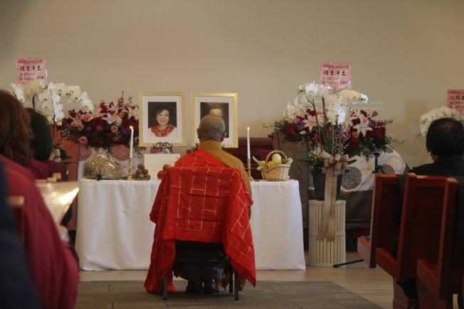 玉佛寺宏意法師為藍氏夫婦誦經。(記者仇家奇/攝影)