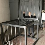空椅+監獄+眼鏡… 巨型雕塑悼念劉曉波