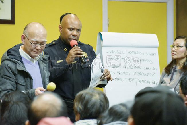 灣景分局長福特(中)在社區會議上記錄華裔居民描述的罪案問題。右為肖化區領袖李美玲,左為義務翻譯的陳冠雄。(記者李秀蘭/攝影)