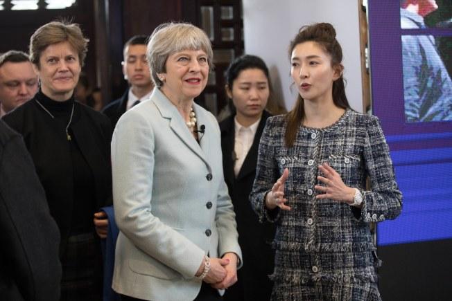 中國派出曾留學英國的女星江疏影(右)為梅伊講解。(歐新社)