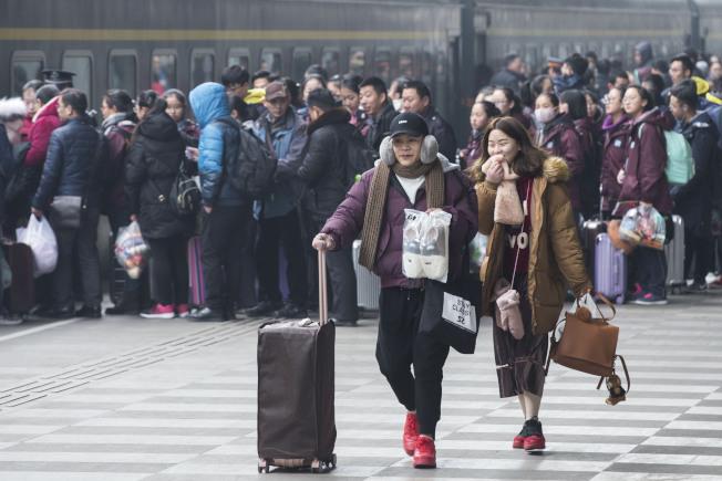 2018年春運正式開跑,南京火車站出現大批旅客。(新華社)