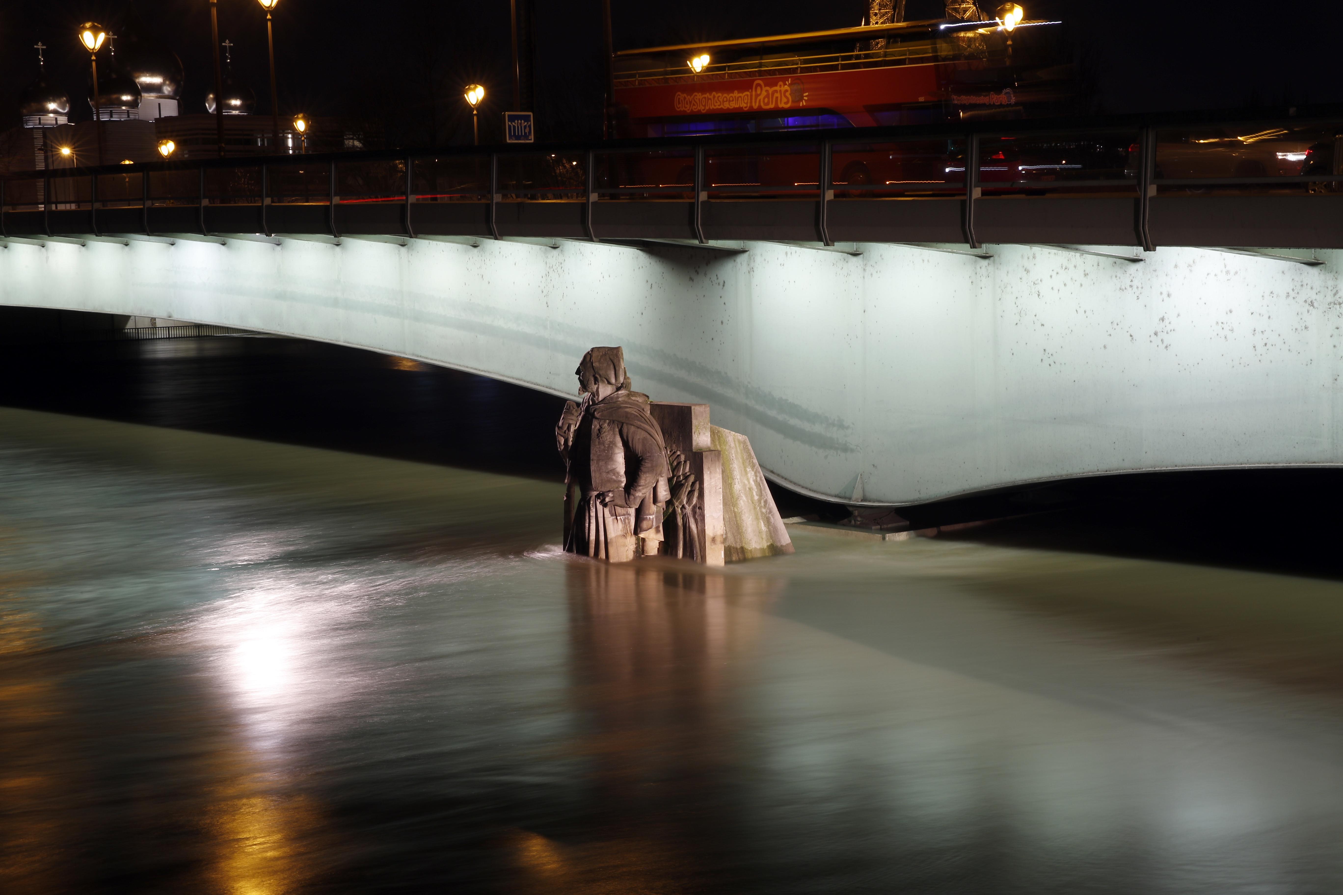 阿爾瑪橋(Pont de l'Alma)下的克里米亞戰爭步兵雕像(Zouave),水位升至雕像大腿一半。美聯社
