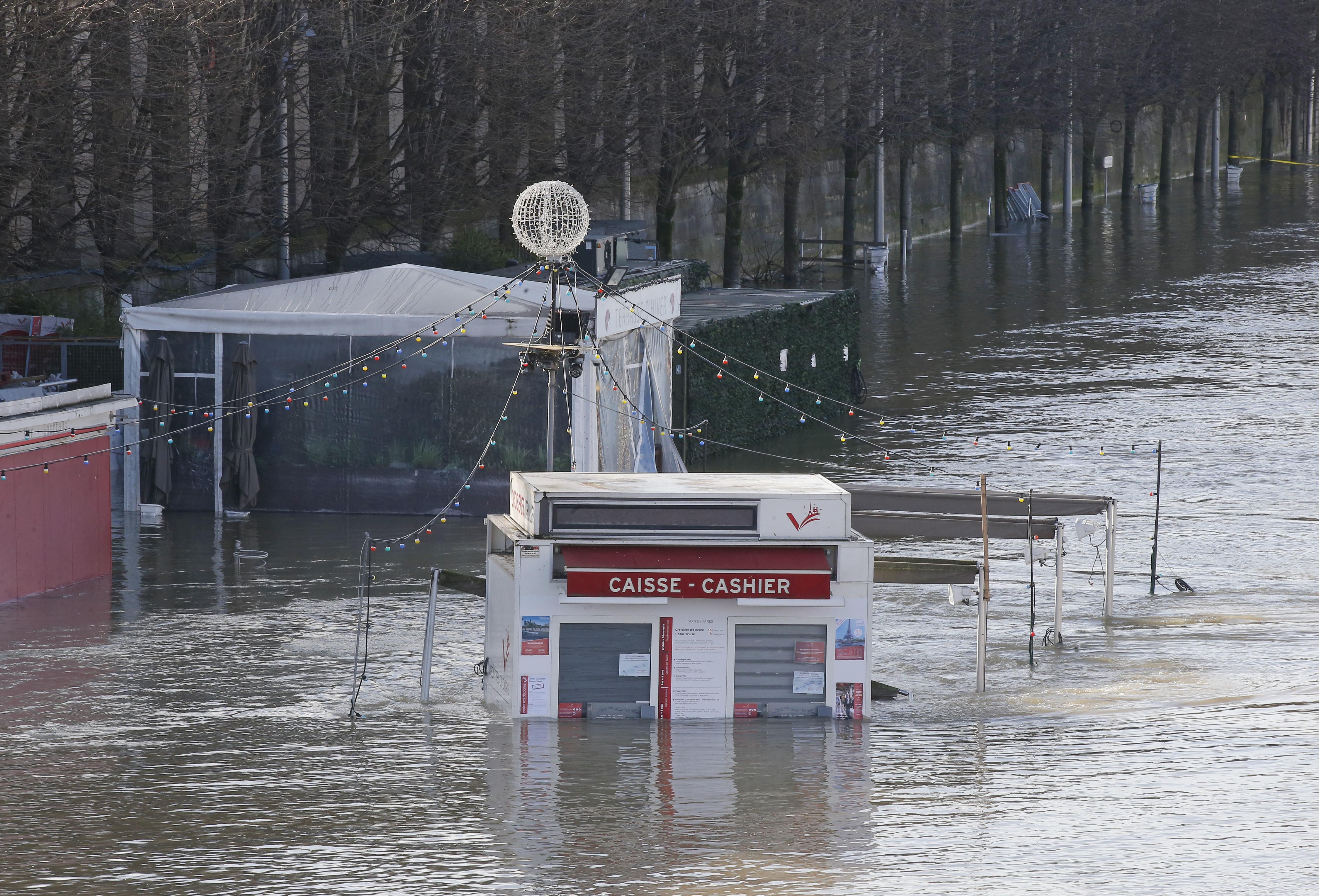 路邊的結帳櫃台已泡在水中。美聯社