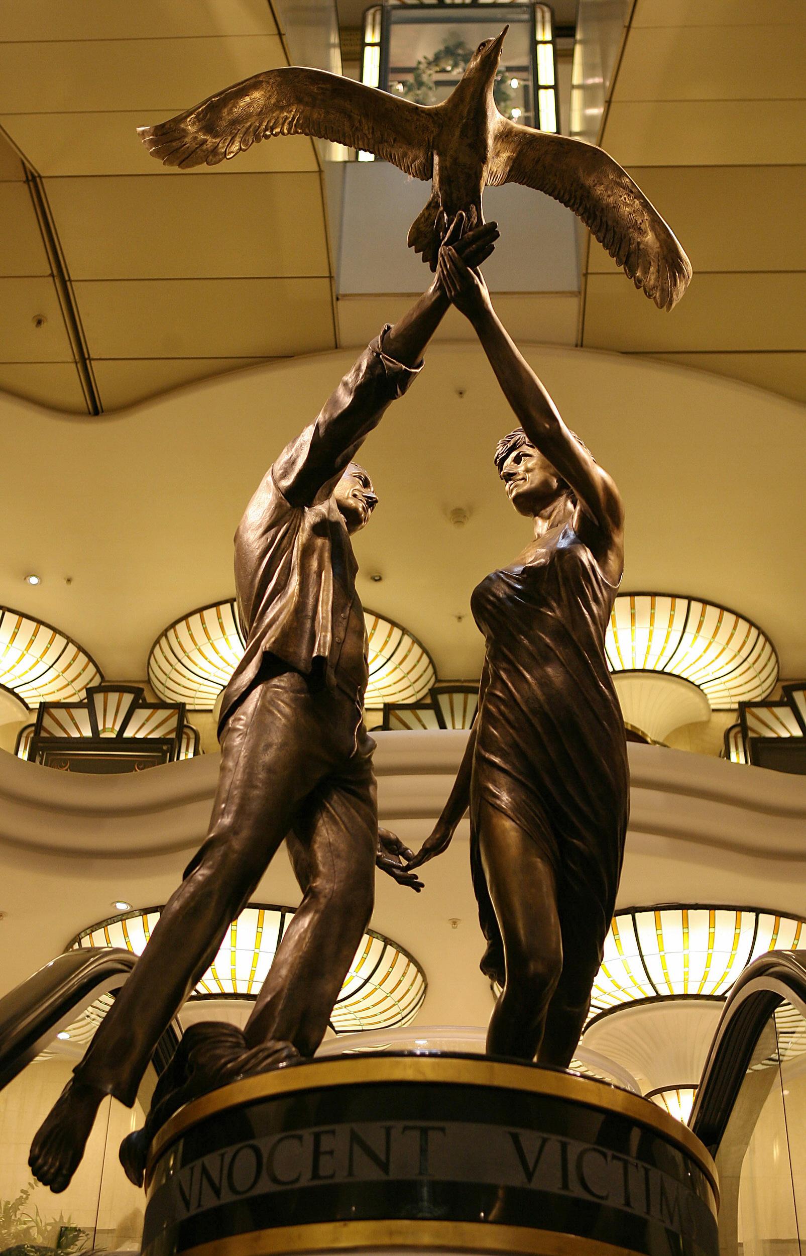 英國倫敦豪華百貨公司哈洛德(Harrods)今天表示,將移除黛安娜王妃和她的男友多迪.法耶德的雕像,並歸還給多迪.法耶德的父親穆罕默德.法耶德。(Getty Images)