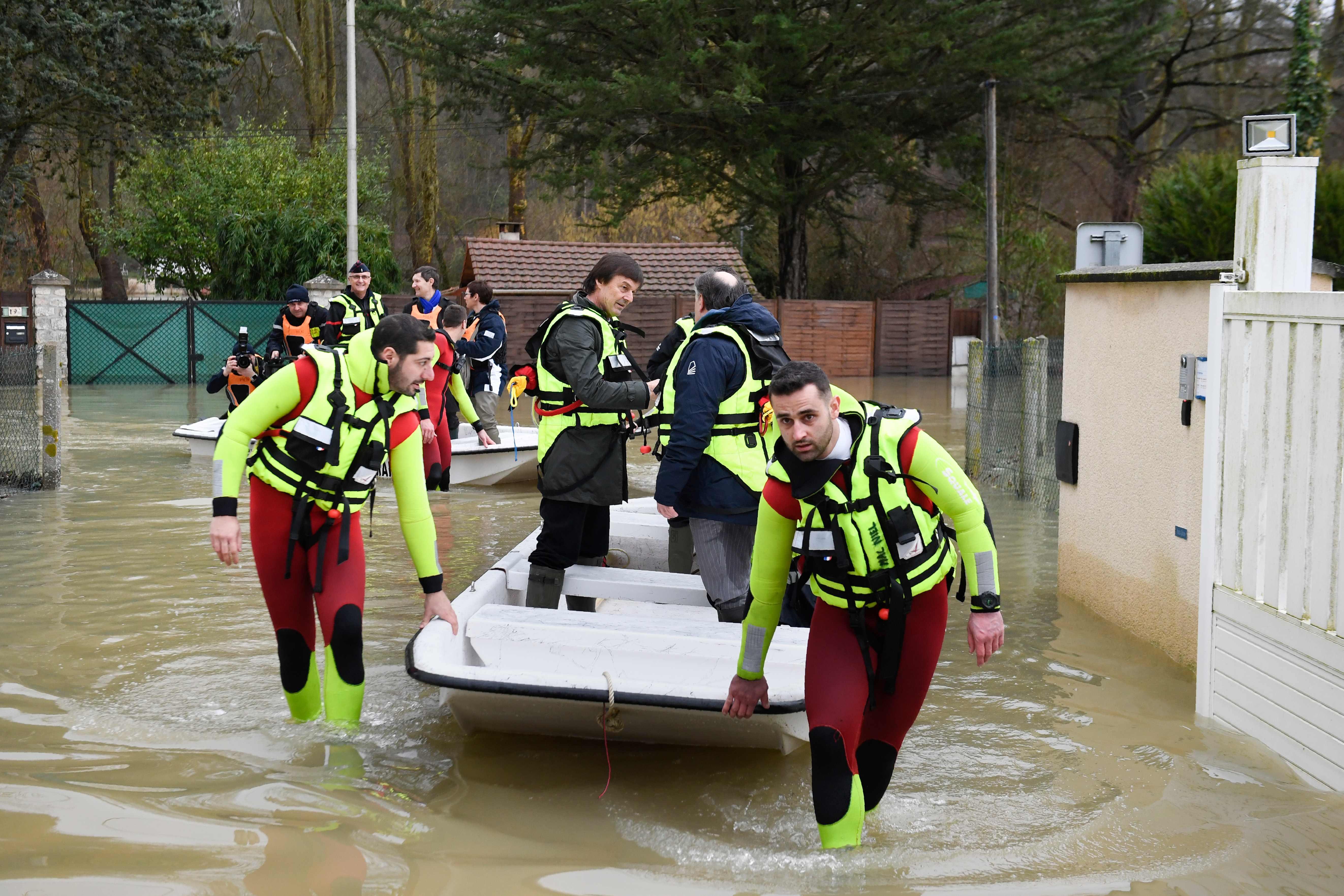 政府官員搭小艇勘災。Getty Images