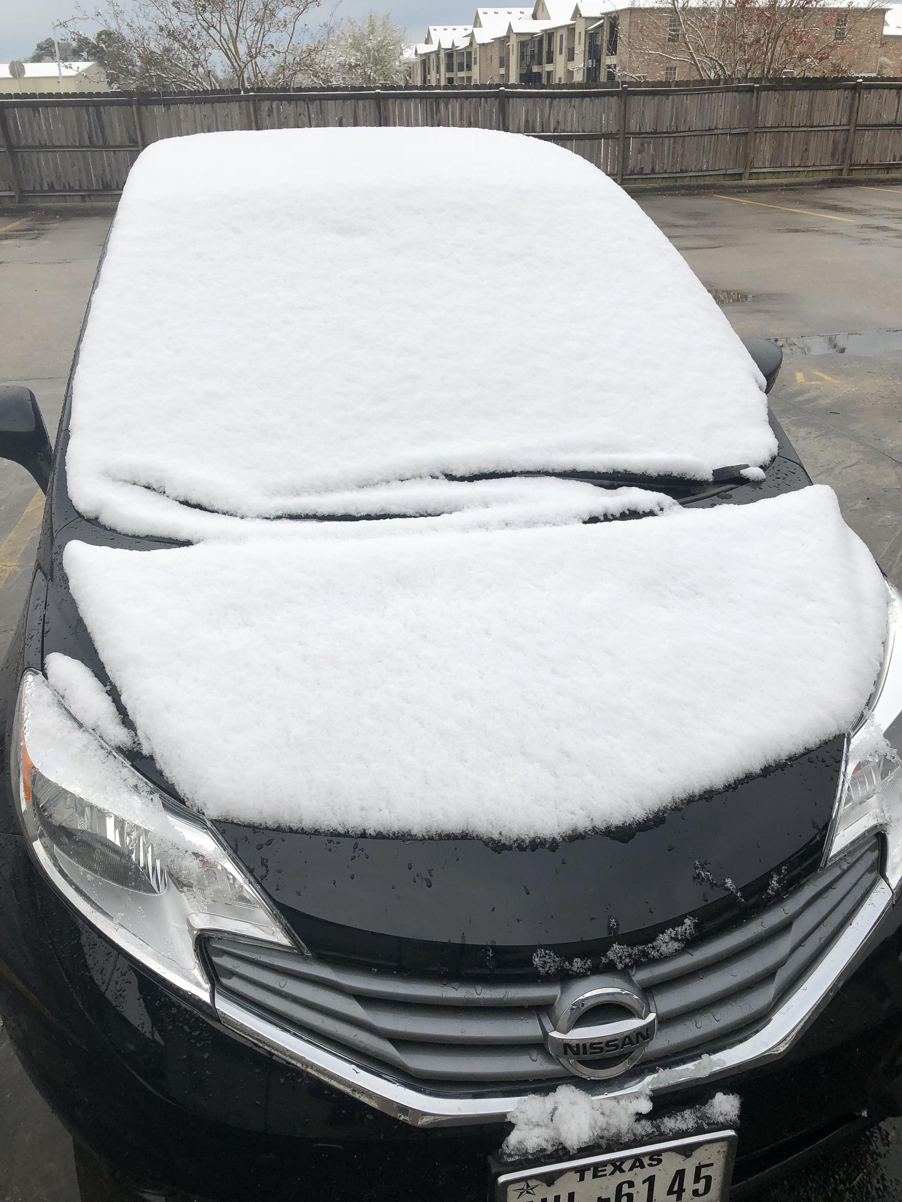 今年深冬,連處於美國西南墨西歌灣岸邊,常年難見雪蹤的德州博蒙特鎮都普降瑞雪。拉瑪爾大學的學生們立即堆起了一個雪人--這門手藝竟然還在!(網友姚清江 2017/12/8@美國德州博蒙特鎮)