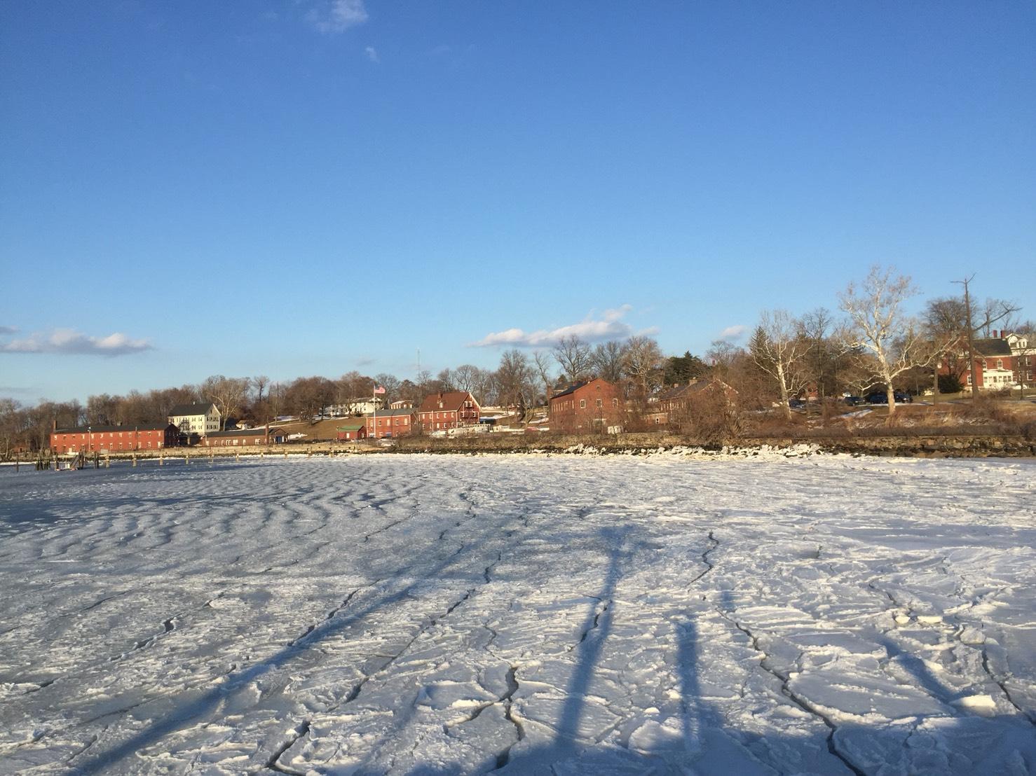 CBS 氣象報告說這一波冷氣團加炸彈氣旋,紐約市一連14天在冰點下,創立歴史上第三長紀錄。本周五氣溫會跳到55度,挾帶大雨,怕冰會融掉,趕快去Fort Totten拍張留念。(網友麗雅2018/01/09@紐約Fort Totten)