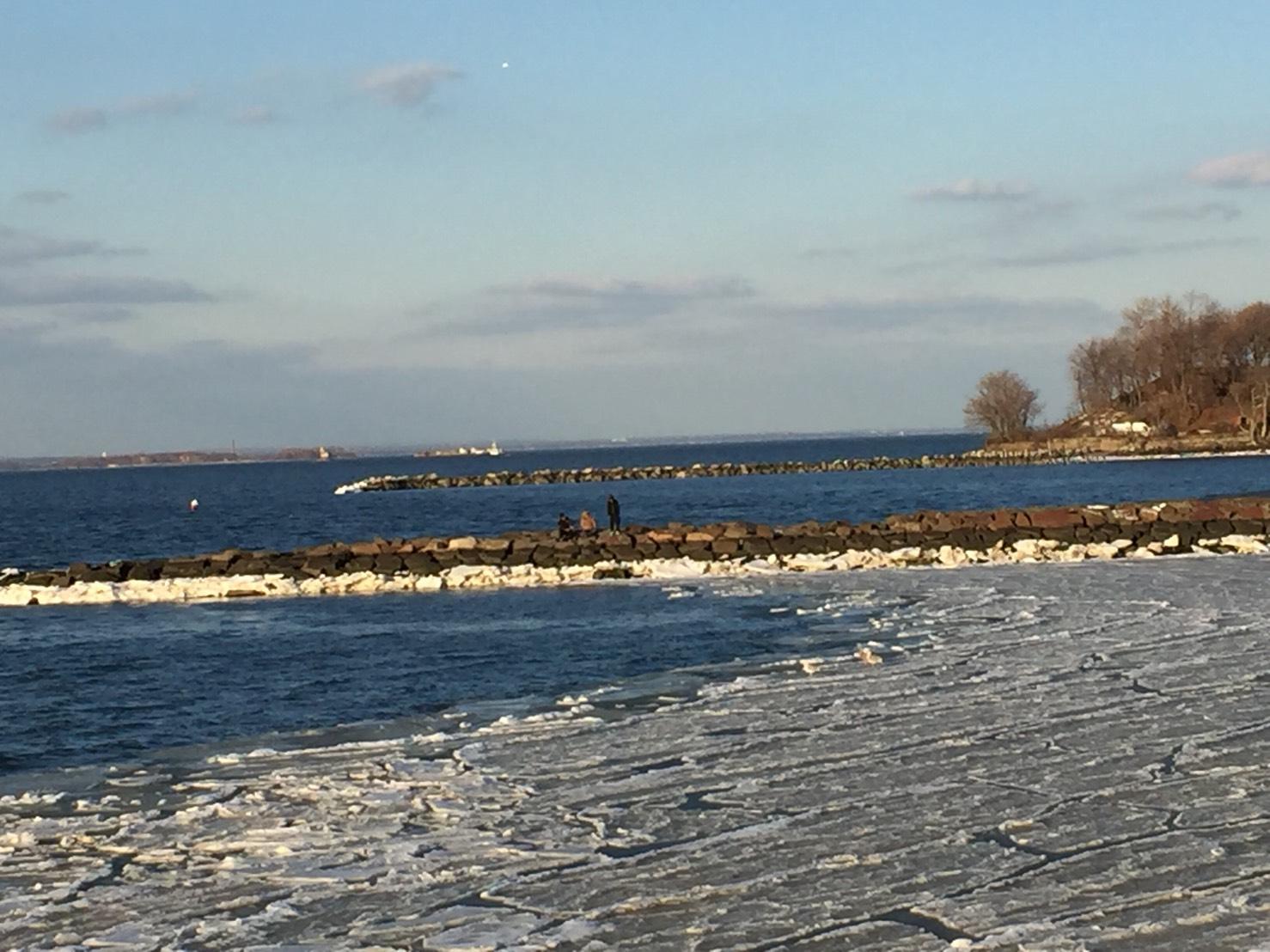CBS 氣象報告說這一波冷氣團加炸彈氣旋,紐約市一連14天在冰點下,創立歴史上第三長紀錄。周五氣溫會跳到55度,挾帶大雨,怕冰會融掉,趕快去Fort Totten拍張留念。(網友麗雅2018/01/09@紐約Fort Totten)