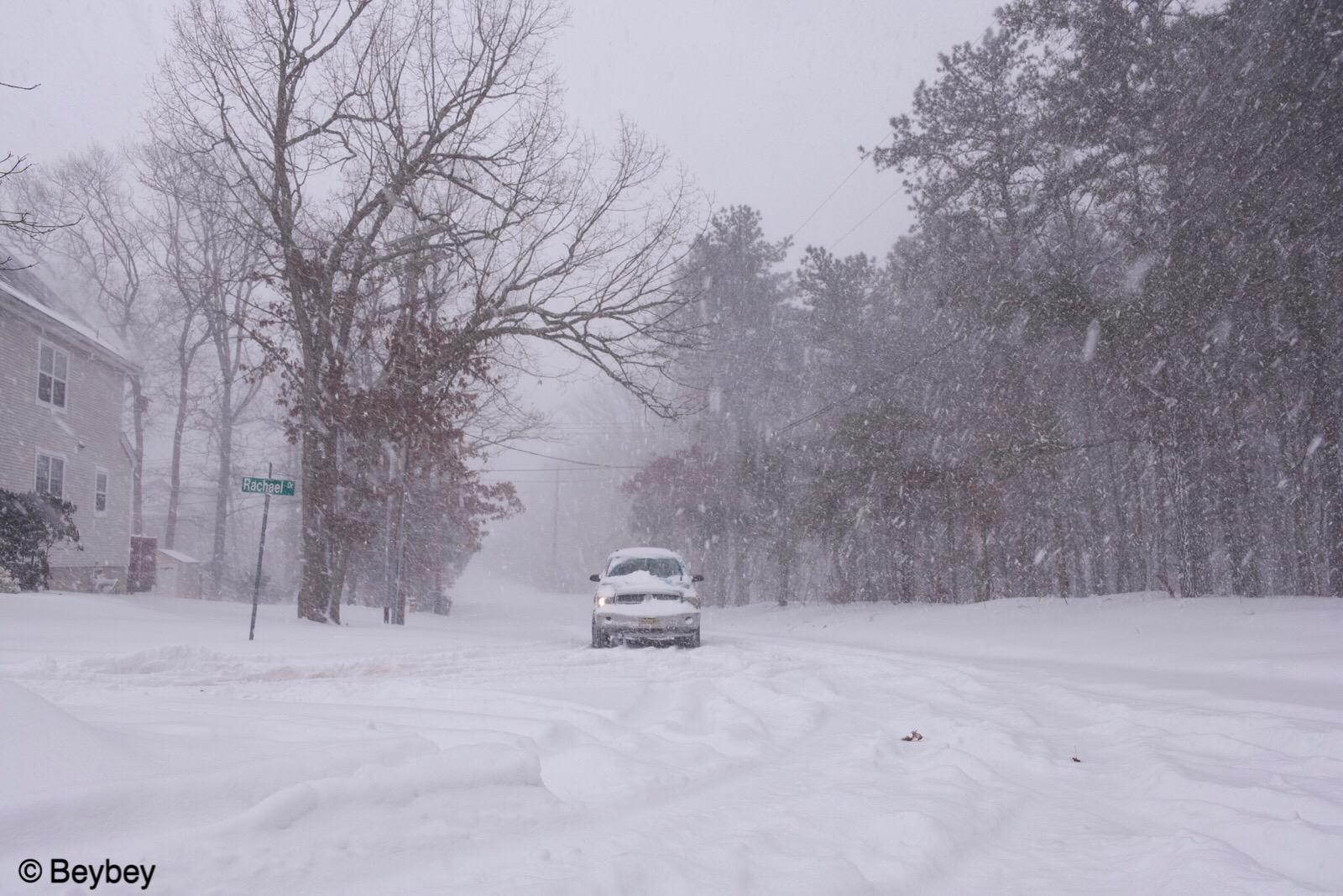 暴風雪來臨,社區門口積雪已達5-6吋。(網友Beybey 2018/01/04 @美國新澤西州)