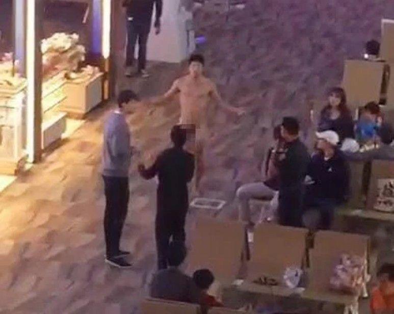 一名美籍韓裔男子(中)因服用太多的威而鋼導致失控,大鬧泰國機場。(圖擷自The Sun)