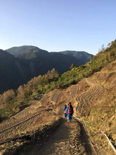 台灣合歡山因雪季遊客增加,當地公車班班客滿,仁愛國中學生沒車搭,只能頂寒風走下山。圖/仁愛國中提供