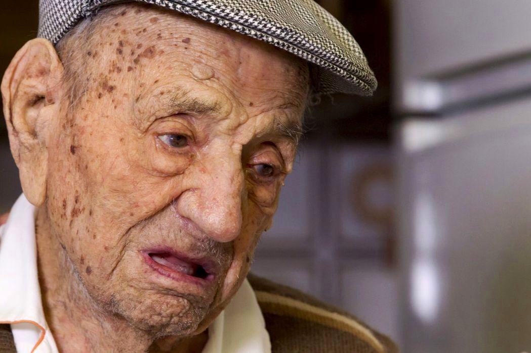 世界上最年長男性奧里維拉(Francisco Nunez Olivera)一個月前才剛慶祝113歲生日,近日在西班牙自家中過世。(歐新社)