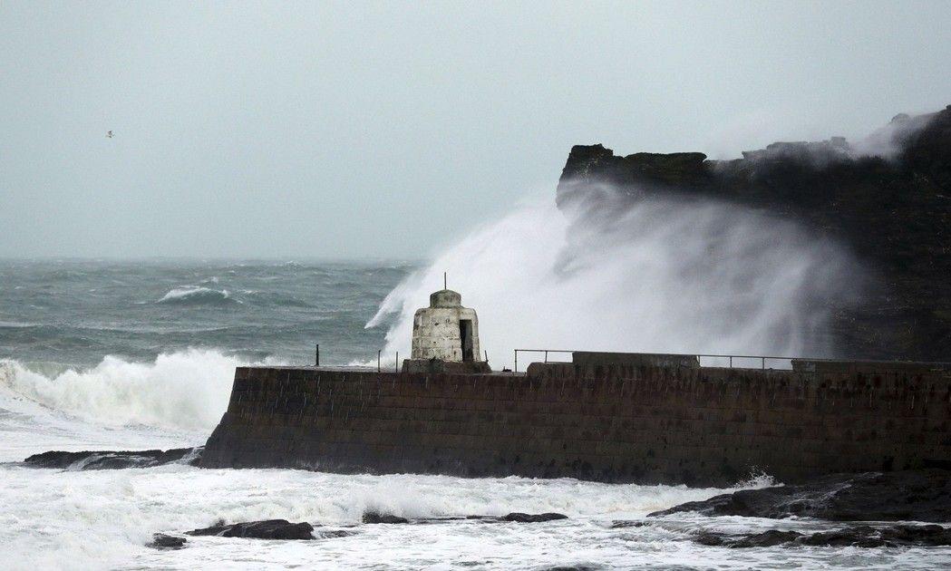 挾帶時速高達100英里強風的風暴艾里諾,重創西歐部分地區,造成法國、英國及愛爾蘭各地數十萬戶人家無電可用。同時,英格蘭西南部的大浪造成康瓦爾(Cornwall)一堵港口牆部分倒塌,導致海水氾濫。 美聯社
