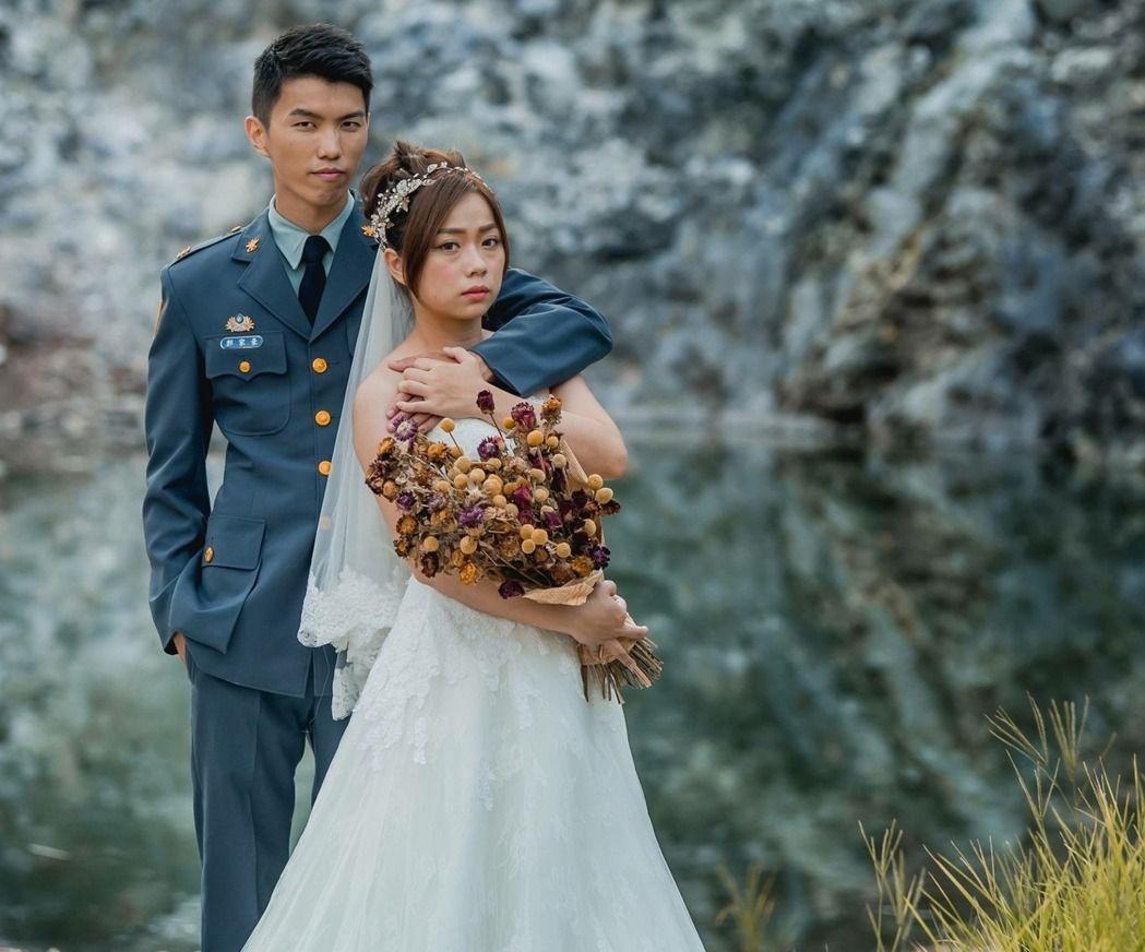 台灣國防部青年日報透過臉書粉絲專頁貼出這幀軍服婚紗照,陸軍軍常服的新郎抿嘴雄視鏡頭,一手攫著嬌小的新娘。拿著捧飾的新娘則露出一種蒼茫幽怨的表情,引起網友討論。(翻攝國防部青年日報臉書粉絲專頁)