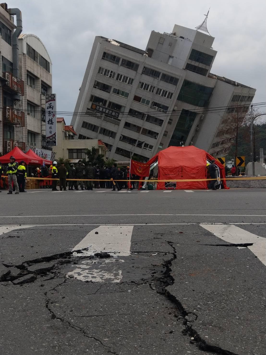 花蓮市雲門翠堤大樓嚴重傾斜。記者王燕華/攝影