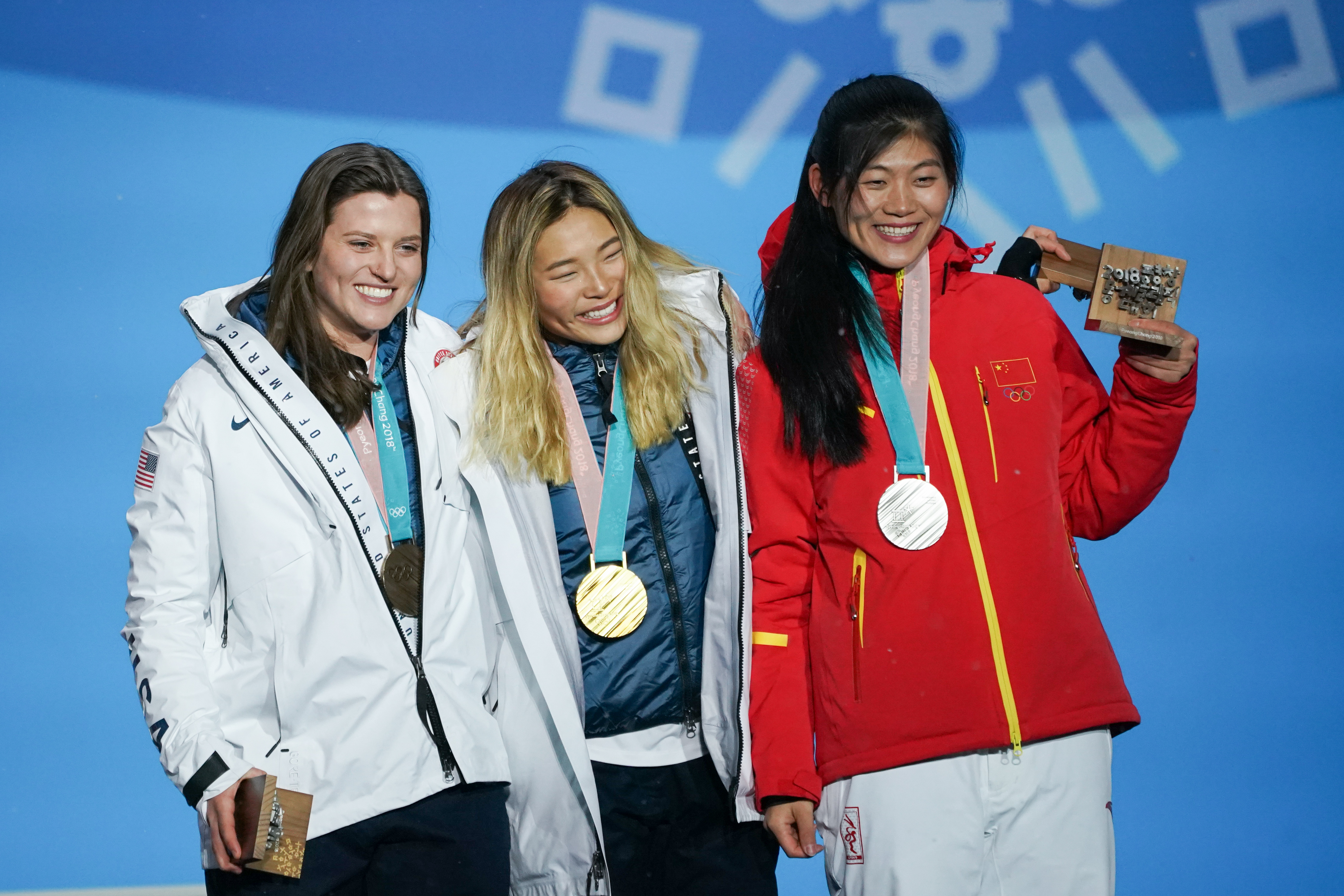 女子單板滑雪U型池頒獎儀式在平昌奧運廣場獎牌宮舉行,中國選手劉佳宇(右)在該項目中獲得銀牌。新華社