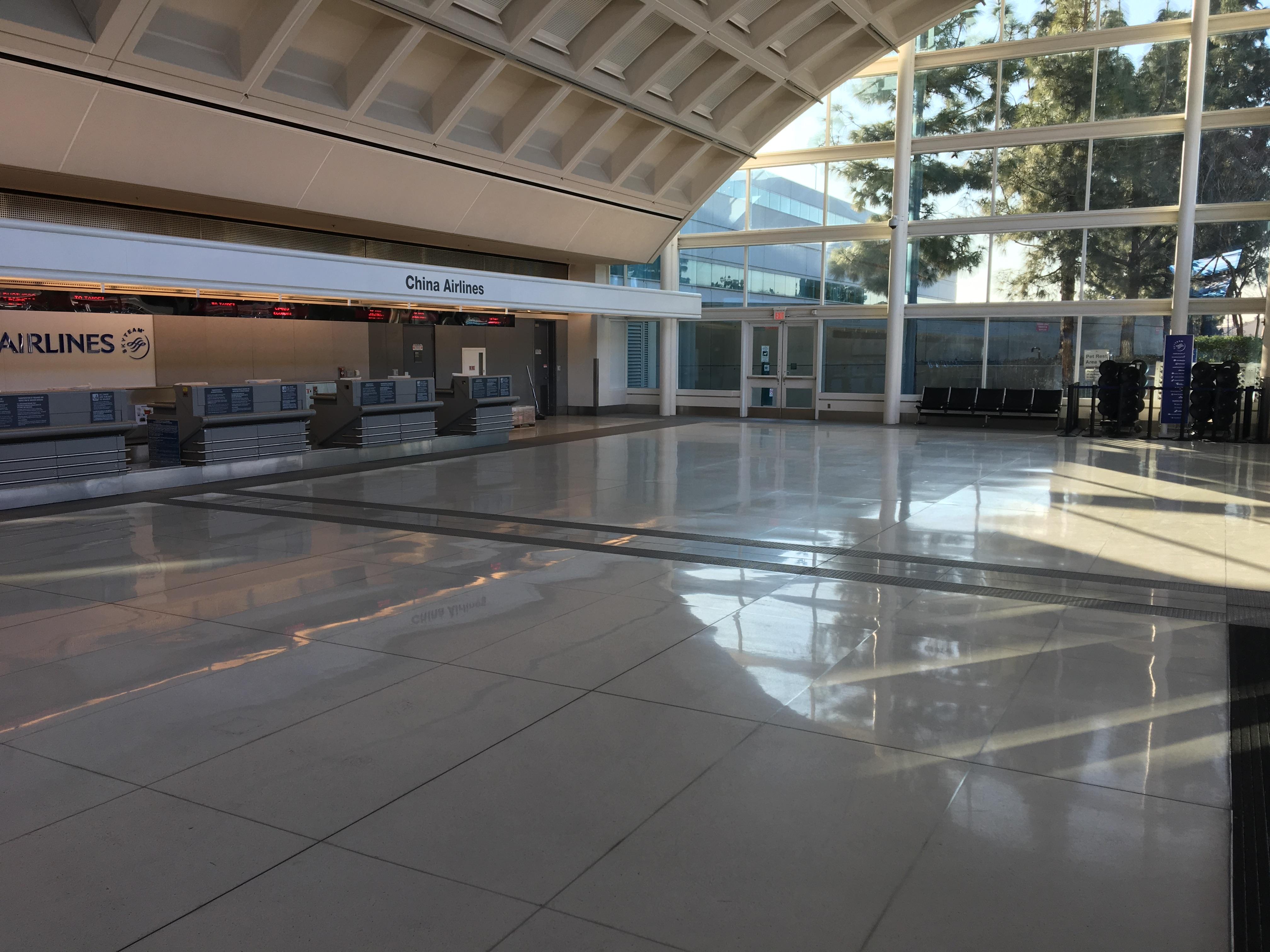 華航旅客登機櫃檯在二號航廈最西端,很寬敞。(記者啟鉻/攝影)